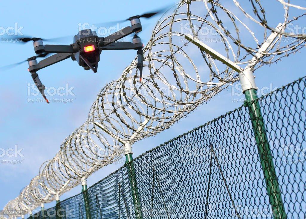 Drohne Überwachung Stacheldrahtzaun an der Staatsgrenze oder Sperrgebiet. – Foto