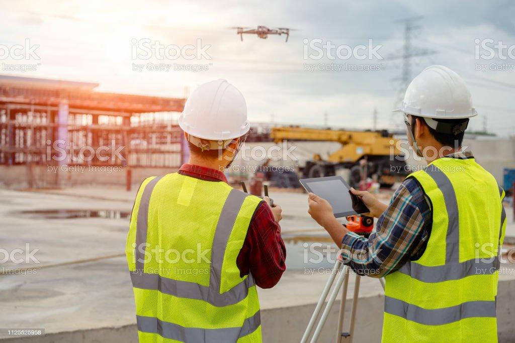 Drohne von Bauarbeiter betrieben. – Foto