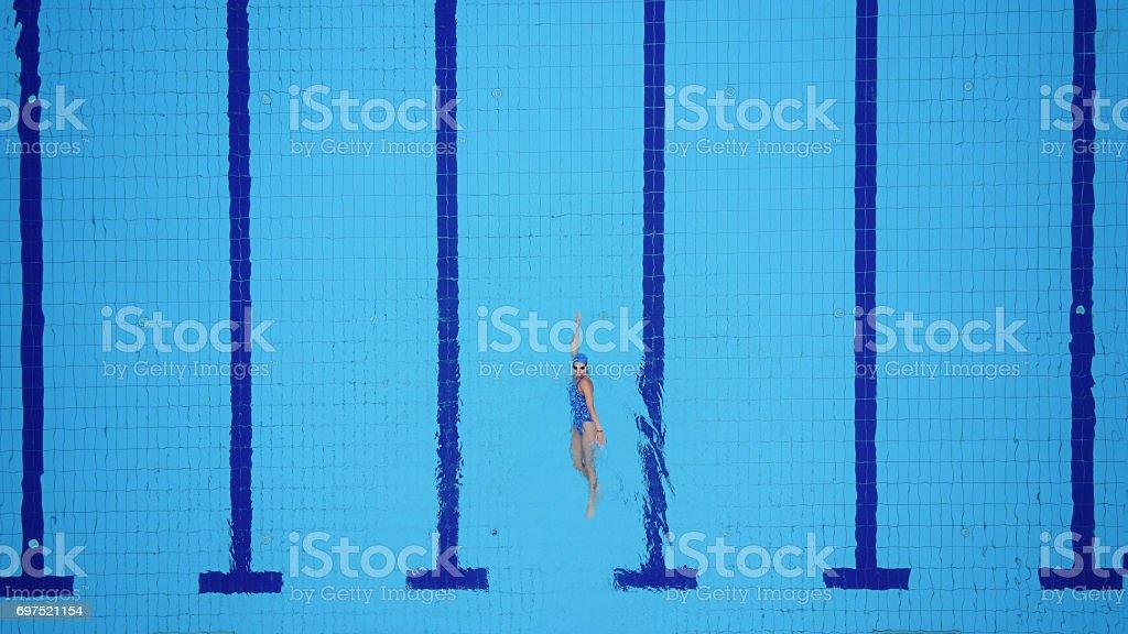 Drone point de vue sur la piscine et nageuse femelle - Photo