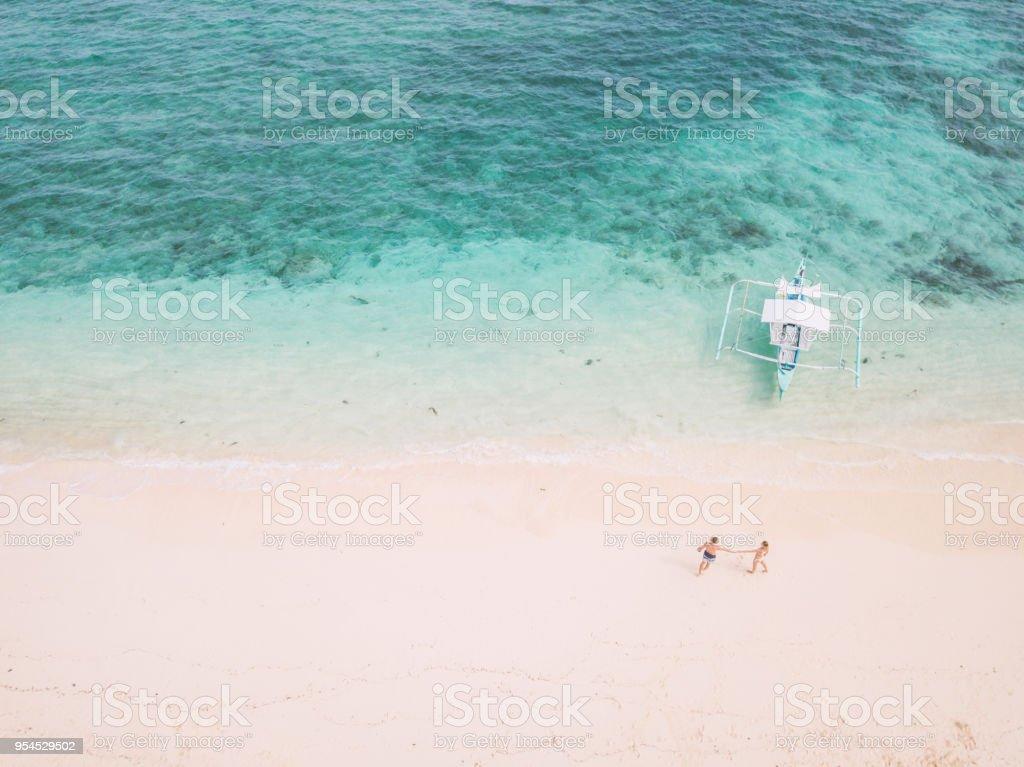 Luftbild Drohne geschossen des jungen Paares auf idyllischen tropischen Strand – Foto