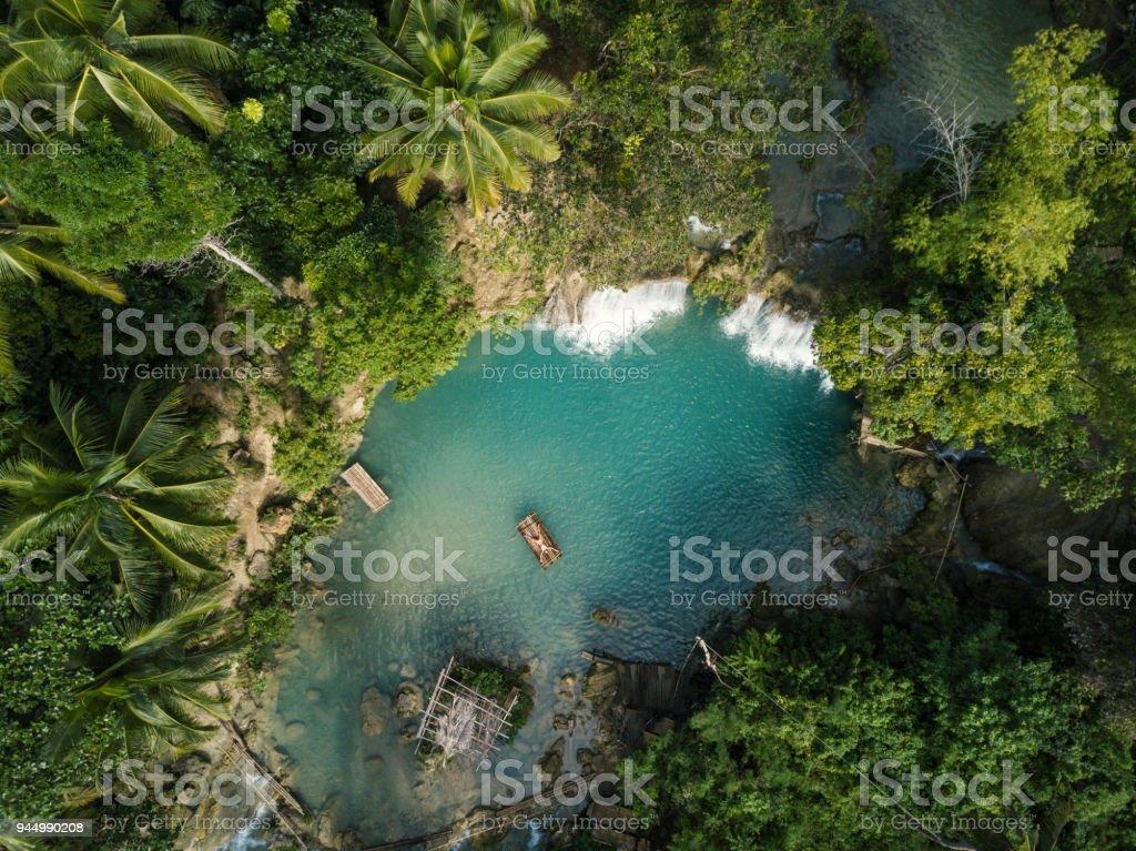 Drone Schuss Luftaufnahme der jungen Frau Bambus rafting am tropischen Wasserfall – Foto