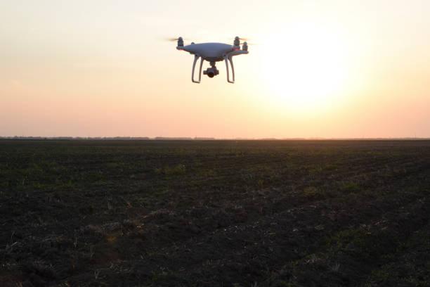 silhueta de drone no contexto por do sol - sol nascente horizonte drone cidade - fotografias e filmes do acervo
