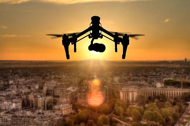 hintergrundgeräusche kontur fliegen über paris panorama der stadt - flugdrohne stock-fotos und bilder