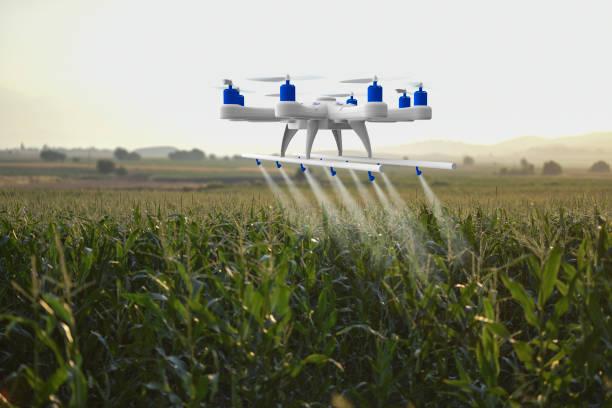 drone spuiten van een veld - vanuit een drone gezien stockfoto's en -beelden
