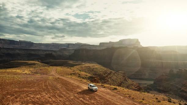 drohnenansicht: auto am shafer trail canyonlands - colorado plateau stock-fotos und bilder