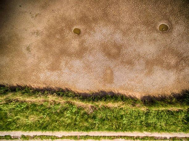 drohne blick auf sumpf - afrikanische steppe dürre stock-fotos und bilder