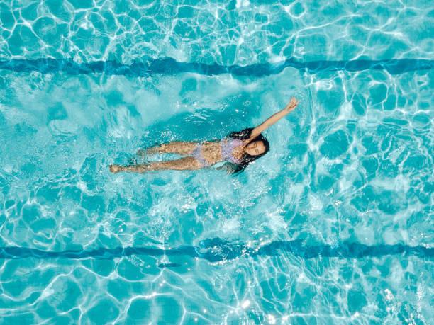 Drohnenansicht auf Teenager-Mädchen im Schwimmbad – Foto