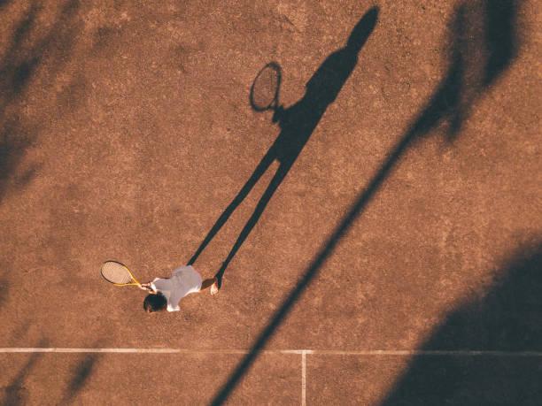 Drohne Blick über Tennis schwer Courd mit Mädchen in der Nachmittagssonne – Foto