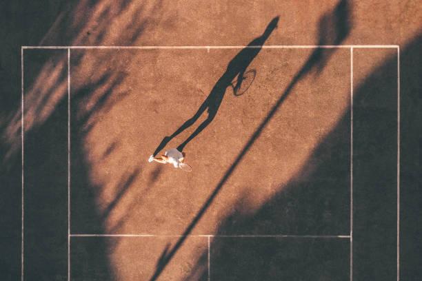 Drohne Blick über Tennis-Spieler warten auf den Dienst – Foto