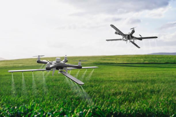 Drohnen besprühen ein Feld – Foto