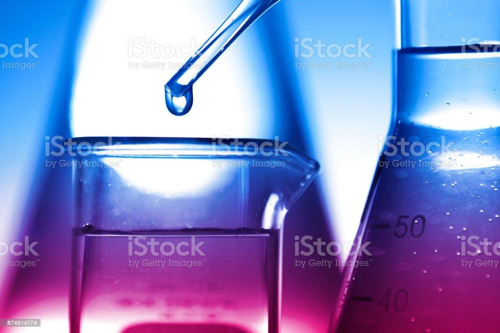 Tropfen Flüssigkeit in ein Reagenzglas – Foto