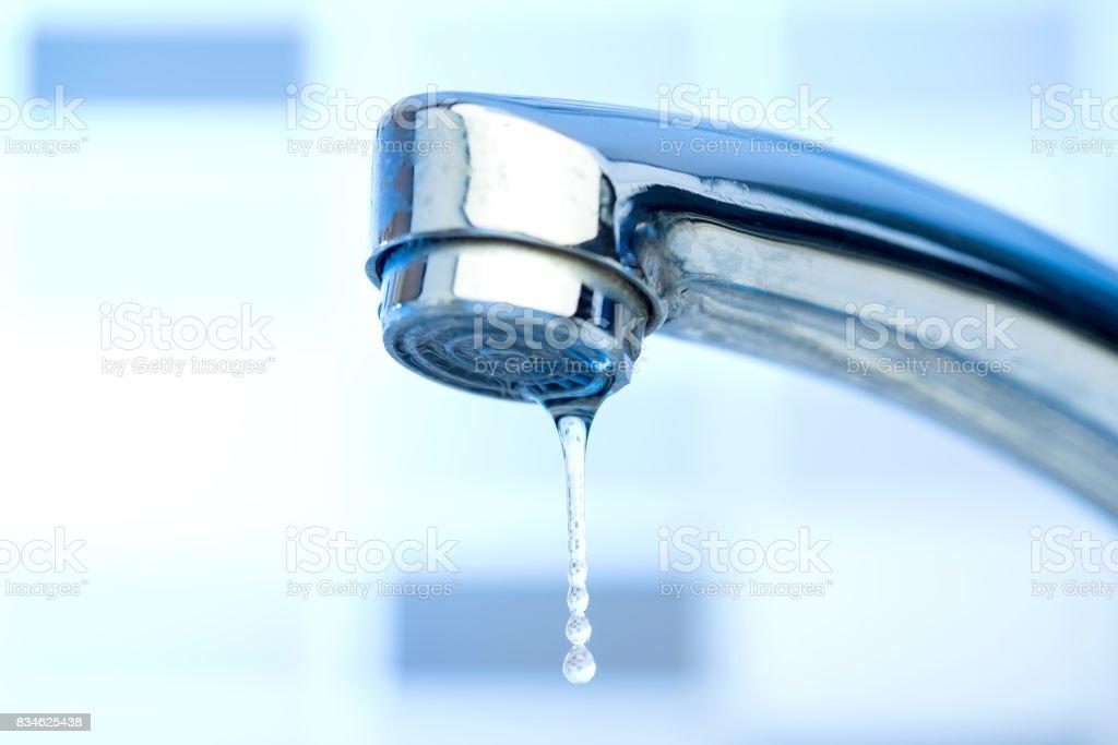 Gota de agua del grifo - foto de stock