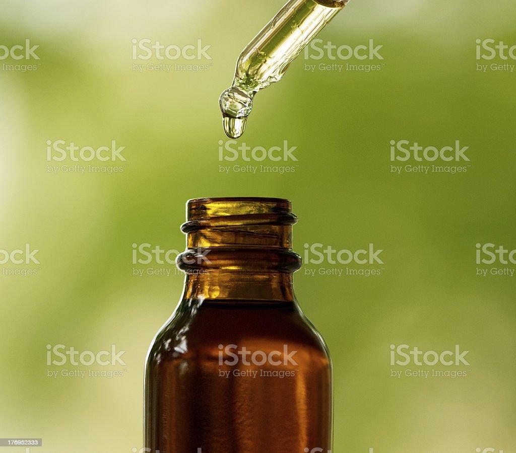 Bottiglia Di Contagocce Con Ambra E Sfondo Verde Fotografie Stock