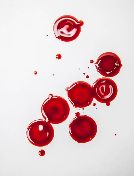 Tropfen red menschliches Blut auf weißem Spritzflecken – Foto