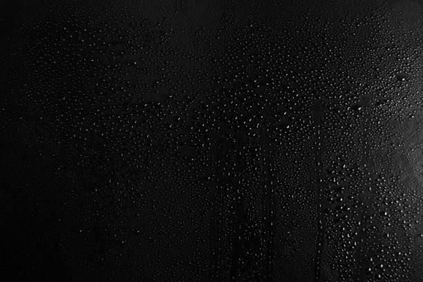 在黑暗的玻璃紋理背景的水滴 - 冷凝水珠 個照片及圖片檔