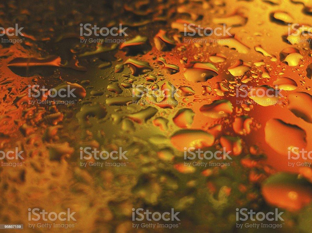 Wassertropfen auf farbigem Hintergrund verschwommen – Foto