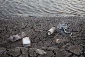 kuraklık sonucu suyu azalan nehir yatağında yılan