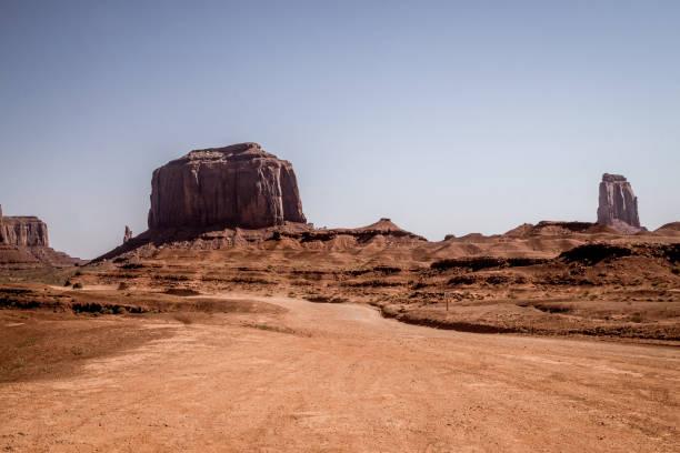 droogte in het zuidwesten van de usa. weg in de rotsachtige woestijn van het monument valley - moab utah stockfoto's en -beelden