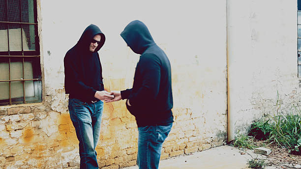 drug dealer selling portions of heroine Buying Drugs On The Street From Dealer drug dealer stock pictures, royalty-free photos & images