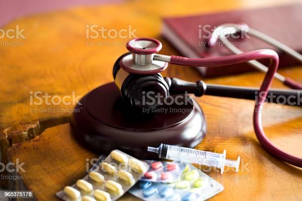 Drogegesetzkonzept Richter Hammer Mit Stethoskop Und Pillen Hautnah Stockfoto und mehr Bilder von Achtlos
