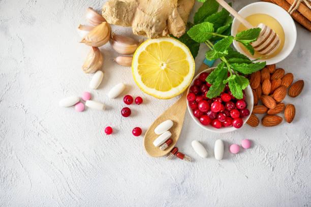 medikamente oder natürliche produkte zur stärkung der immunität - nahrungsergänzungsmittel stock-fotos und bilder