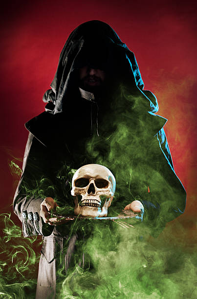 Druid Hexe in Schwarz, die Schädel auf Platte Rauch Okkulte – Foto