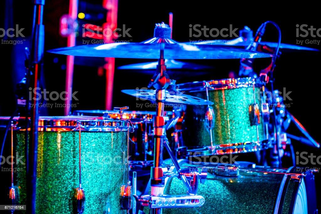 Schlagzeug auf der Bühne – Foto