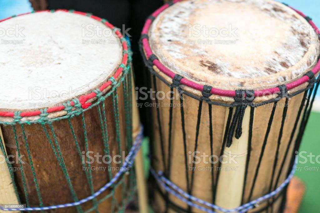 tambor, instrumentos musicais de percussão e conceito de cultura - closeup na tradicional Africano djembe, verão concerto ao ar livre, étnica ritmo alegria mostrar, foco seletivo - foto de acervo
