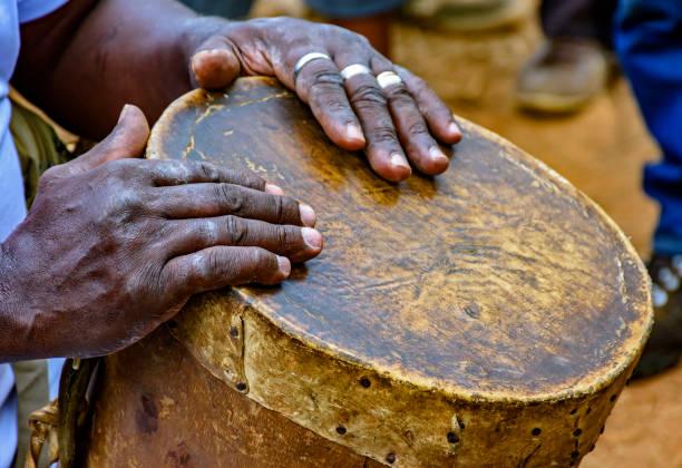 trommel-spieler hände und ihr instrument rudimentäre - sambatrommeln stock-fotos und bilder