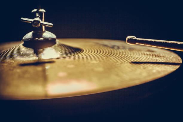 drum stick and cymbal detail - cimbaal stockfoto's en -beelden