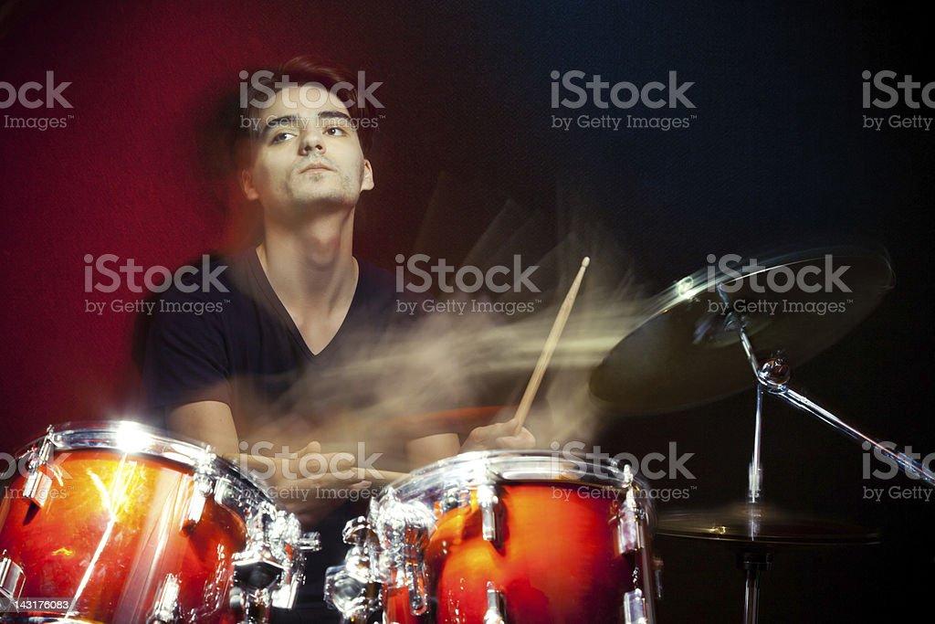 Baterista em movimento tocando os tambores - foto de acervo