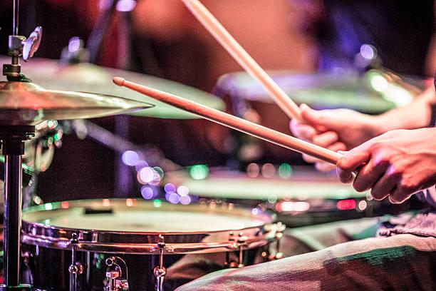 Músico tocando os tambores no palco - foto de acervo