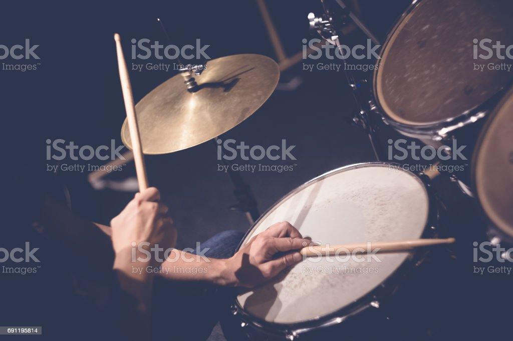 Músico tocando os tambores - foto de acervo