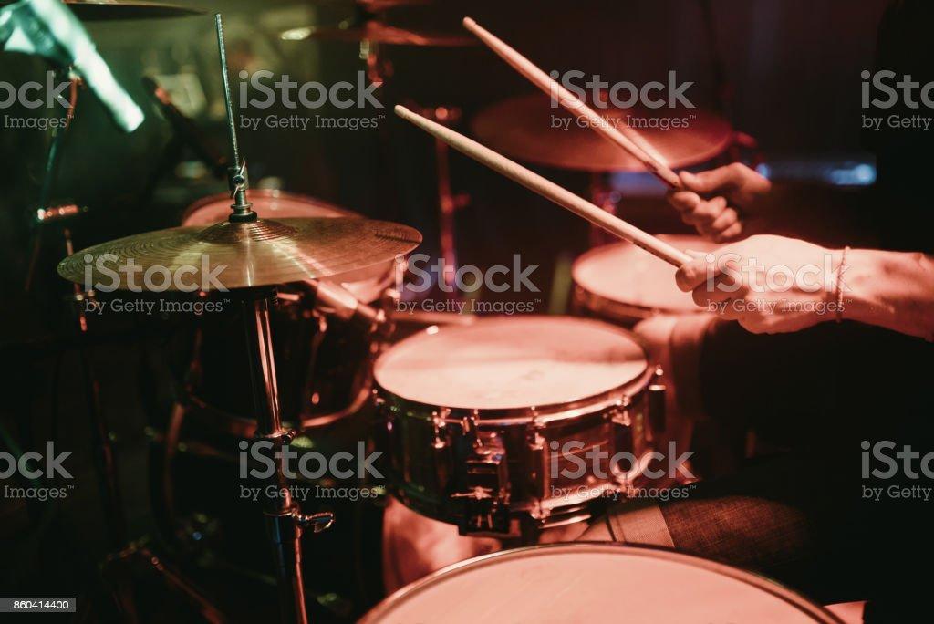 Baterista tocando seu kit de bateria em concerto no club - foto de acervo