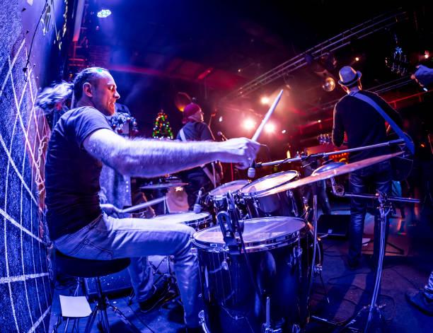 Schlagzeuger auf Schlagzeug auf der Bühne zu spielen. – Foto