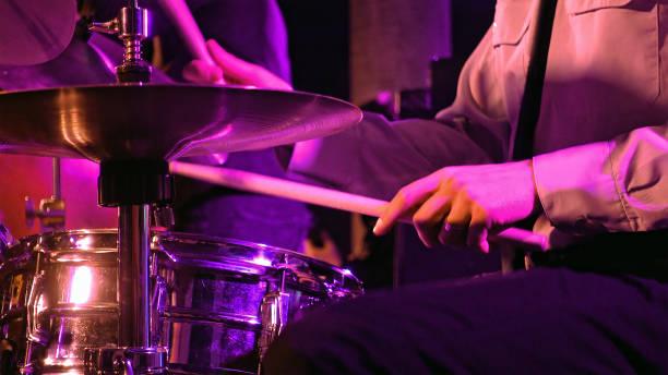 le batteur joue sur la batterie et la cymbale - batterie musique photos et images de collection