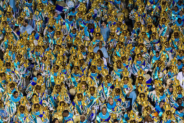 schlagzeuger festlichkeiten in golden und blau - sambatrommeln stock-fotos und bilder