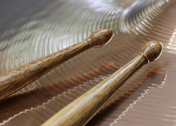 drumsticks and cymbal - cimbaal stockfoto's en -beelden