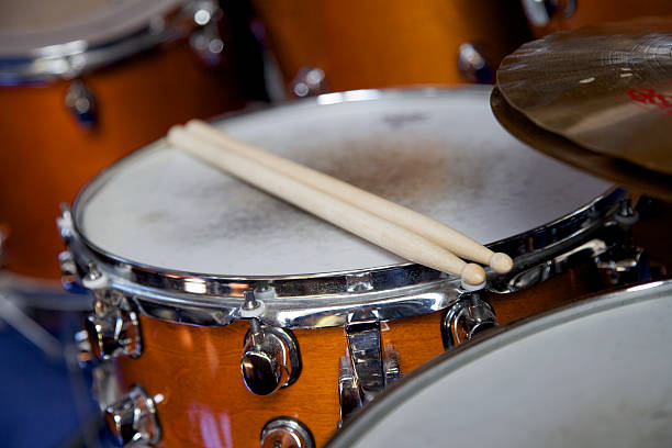Drumsticks on a snare drum drum sticks on a snare drum in a music band drum kit stock pictures, royalty-free photos & images
