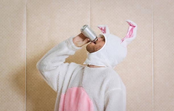 betrunken bunny - bier kostüm stock-fotos und bilder