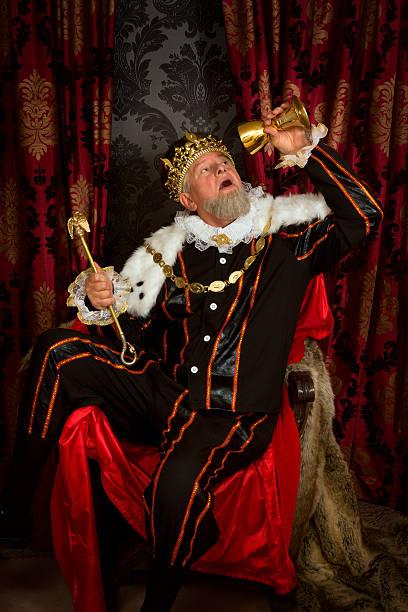 betrunken mit king-size-bett mit zepter - hochkönig stock-fotos und bilder