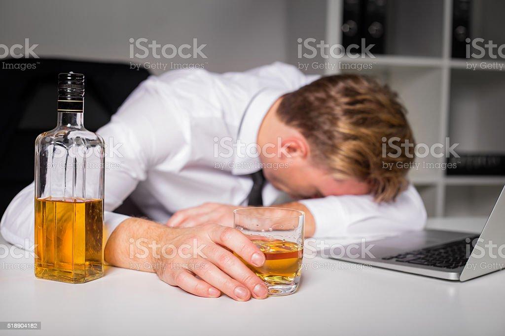 Пьяный Человек В Офисе — стоковые фотографии и другие картинки Алкоголь -  напиток - iStock