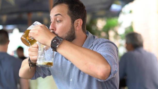 betrunkener mann spaß mit bier - typisch 90er stock-fotos und bilder