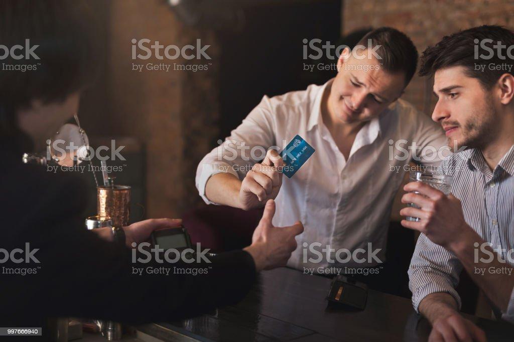 Betrunkener Mann, die Zahlung per Kreditkarte in Bar – Foto