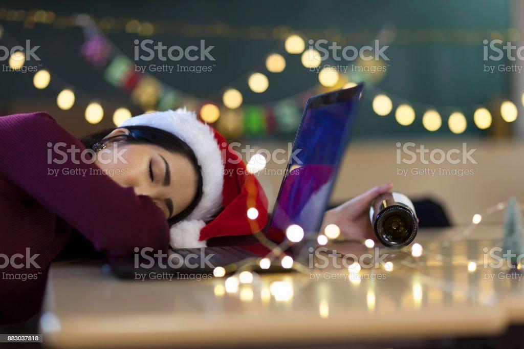 Femme ivre dormir après fête Noël - Photo