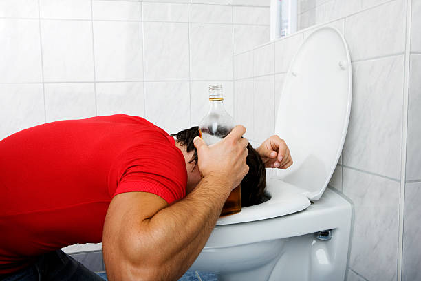 drunken junger mann im badezimmer - kotze stock-fotos und bilder