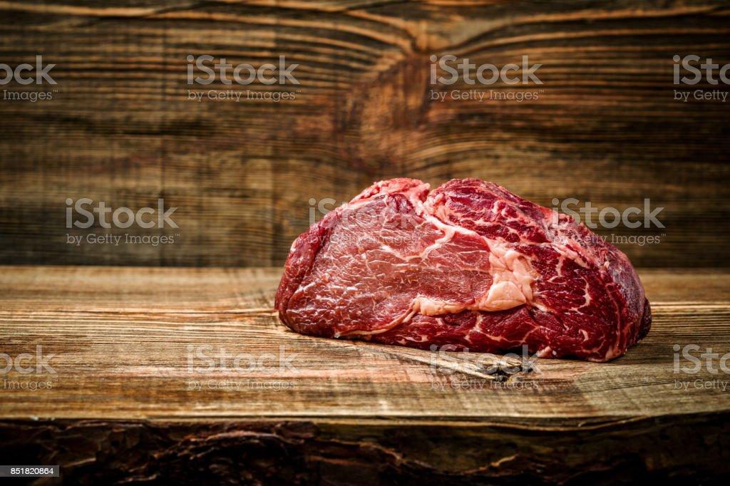 Trocken im Alter Ribeye Steak mit Würze auf hölzernen Hintergrund – Foto