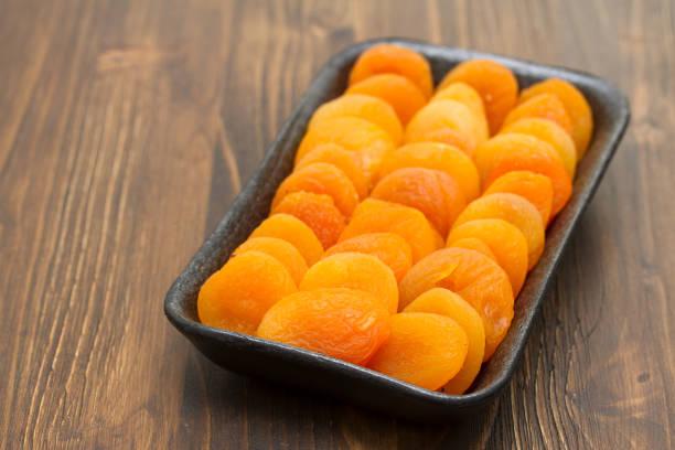 abricot sec sur plat en plastique noir - Photo