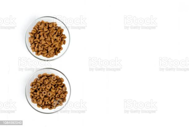 Dry cat food poured into a glass bowl on a white background picture id1084592040?b=1&k=6&m=1084592040&s=612x612&h=nerqudwxwzcmn1k6dqj77d l40uernto3ifin5wb7m4=