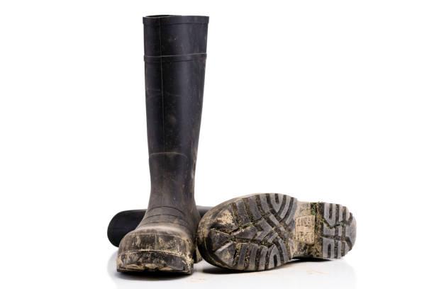 schmutzigen schlamm stiefel auf reinen weißen hintergrund isoliert trocken gefallen - schwarze hohe schuhe stock-fotos und bilder